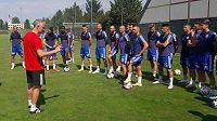 Trenér Václav Jílek promlouvá k hráčům na prvním tréninku Sigmy.