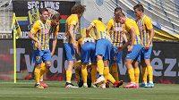 Fotbalisté Opavy oslavují gól v síti Slovácka, kterému předcházela minela náhradního brankáře Porcala.