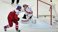 Švýcarský brankář Reto Berra inkasuje gól od českého útočníka Lukáše Kašpara z trestného střílení.