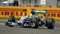 Lewis Hamilton s mercedesem na cestě k triumfu v Silverstonu.