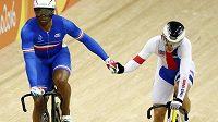 Pavel Kelemen (vpravo) blahopřeje svému přemožiteli v 1. kole olympijské soutěže ve sprintu Gregorymu Baugéovi z Francie.