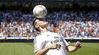 Gareth Bale, nová posila Realu Madrid, předvádí fanouškům své umění.