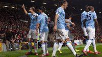 Útočník Manchesteru City Edin Džeko (vlevo) slaví se spoluhráči gól na hřišti United.