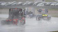 Silný déšť ukončil první závod druhého soutěžního dne.