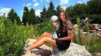 Česká tenistka Karolína Plíšková s trofejí pro světovou jedničku.