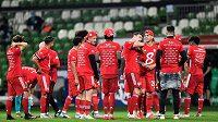 Fotbalisté Bayernu slaví zisk osmého titulu v řadě před prázdnými tribunami v Brémách.