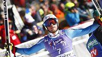 Norský sjezdař Kjetil Jansrud slaví vítězství v prvním super-G v sezóně.