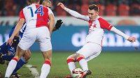 Jaromír Zmrhal ze Slavie střílí gól na 2:0.