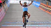 Nans Peters slaví triumf v 17. etapě Gira d'Italia.