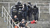 Policie zatýká některé fanoušky během poločasové přestávky.