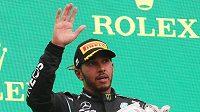 Lewis Hamilton slaví na pódiu třetí příčku z Velké ceny Maďarska.