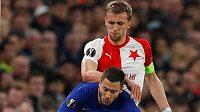 Hvězda Chelsea Eden Hazard padá po souboji se slávistou Tomášem Součkem v utkání Evropské ligy.