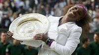 Šťastná Serena Williamsová, vítězka ženské dvouhry ve Wimbledonu 2012