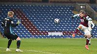 Matěj Vydra z Burnley pálí na brankáře Leicesteru Kaspera Schmeichela.