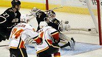 Roman Horák střílí svůj první gól v NHL do sítě Dallasu.
