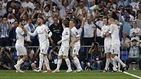 Fotbalisté Realu Madrid se radují z gólu.