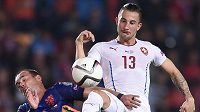 Český záložník Lukáš Vácha (vpravo) bojuje o míč s nizozemským záložníkem Wesley Sneijderem.
