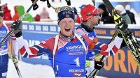 Norský biatlonista Johannes Thingnes Boe slaví v Hochfilzenu triumf ve stíhačce.