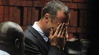 Oscar Pistorius pláče před soudem, který ho v pátek obžaloval z vraždy přítelkyně.