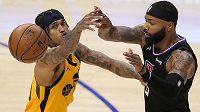 Basketbalista Los Angeles Clippers Marcus Morris Sr. (vpravo) a Jordan Clarkson z Utahu Jazz v akci během play off NBA.