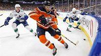 Kapitán hokejistů Edmontonu Connor McDavid v utkání NHL proti Vancouveru.