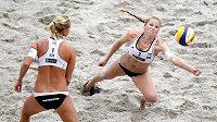 Beachvolejbalistky Kristýna Kolocová (vpravo) a Markéta Sluková v zápase o třetí místo na turnaji Světového okruhu v Berlíně.