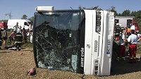 Autobus, v němž havaroval tým basketbalistek Györu. Nehoda si vyžádala i ztráty na životech.