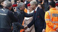 Setkání velikánů. Trenér Manchesteru United José Mourinho si před šlágrem Premier League s Arsenalem potřásl rukou se svým francouzským kolegou Arsénem Wengerem.
