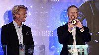 Dominik Hašek během losování hokejové Ligy mistrů. Vlevo prezident soutěže Anders Ternbom.