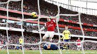 Tomáš Rosický z Arsenalu střílí gól do sítě Sunderlandu.