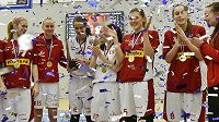 Basketbalistky Nymburka slaví zisk Českého poháru, který ovládly poprvé v historii.