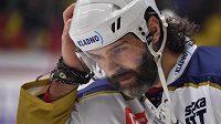 Jaromír Jágr z Kladna si upravuje helmu po nárazu do hrazení.