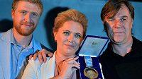 Petr Svoboda (vpravo) věnoval svou zlatou medaili z Nagana k prodeji ve prospěch Nadace Jakuba Voráčka. Vlevo je útočník Flyers a uprostřed jeho sestra Petra Klausová.