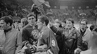 Václav Nedomanský (druhý zleva) a kapitán Jozef Golonka (č.9) po vítězství nad SSSR na hokejovém MS 1969 ve Stockholmu.