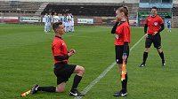 Netradiční žádost o ruku - asistent rozhodíčho poklekl přímo na stadionu před zápasem.
