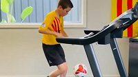 Clapec z barcelonské akademie řádí s míčem na běžeckém pásu. Zdroj: Instagram @barcaacademy