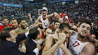 Hráči Olympiakosu Pireus slaví po výhře nad CSKA Moskva.