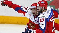 Král zápasu Pavel Dacjuk (vlevo) se raduje s Alexandrem Radulovem.