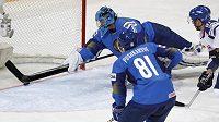 Brankář Vitalj Jeremejev zachraňuje Kazachstán od gólu.