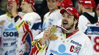 Pardubický Petr Koukal se raduje ze zlaté medaile, pro hokejové mistry republiky.