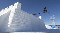 Šárka Pančochová na náročné trati slopestylu v čínském středisku Secret Garden.