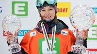 Šárka Pančochová a její dva křišťálové glóby - velký za celkové vítězství ve Světovém poháru a malý za slopestyle.