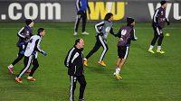 Trnenér Chelsea (třetí zleva) Rafael Benítez se podle svých slov s Johnem Terrym nepohádal.