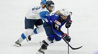 Elisa Holopainenová z Finska a Brianna Deckerová z USA v akci během finále ženského mistrovství světa v ledním hokeji.