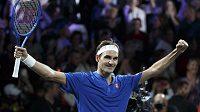 Roger Federer se raduje po výhře nad Nickem Kyrgiosem.