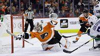 Dvacetiletý gólman Flyers Carter Hart a jeho neuvěřitelný zákrok proti střele Nikolaje Goldobina.