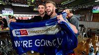 Fotbalisté Sheffieldu United oslavují po 12 letech postup do Premier League.