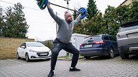 Polský diskař Piotr Malachowski se v době koronviru připravuje i na parkovišti.