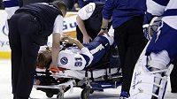Steven Stamkos opouští led na nosítkách poté, co si v duelu s Bostonem zlomil holenní kost.