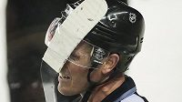 Hokejka edmontonského Antona Landera se v utkání s Calgary zasekla ve škvíře mezi helmou a plexisklem rozhodčího Davida Briseboise.
